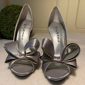 NWOT Michael Shannon Silver Satin Bow Heels
